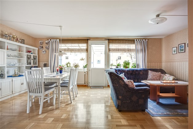 Vardagsrum/matrum med fint parkettgolv och utgång till altanen.