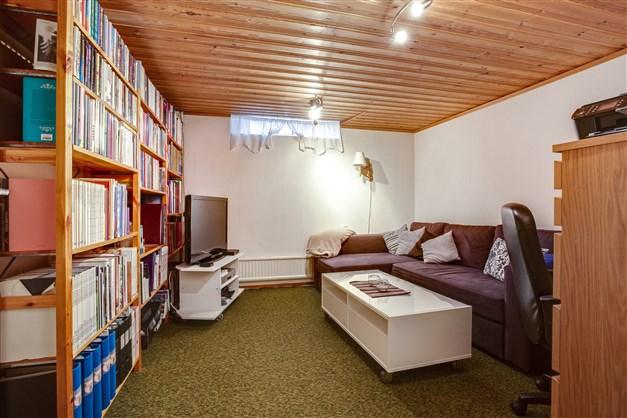 Gillestuga/tvrum i källarvåningen. Rummet är avdelat för förråd så här finns möjlighet att göra rummet större.