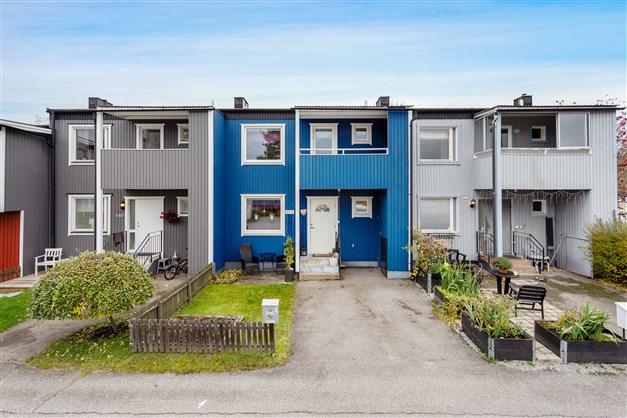 Välkommen till Ånäsvägen 14 E! Fint radhus med balkong, altan under tak och liten och lättskött trädgårdstomt.
