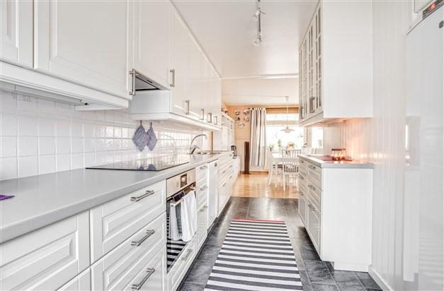 I köket finns mycket arbetsyta och skåp för förvaring.