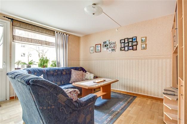I vardagsrummet finns plats för flera möblemang.