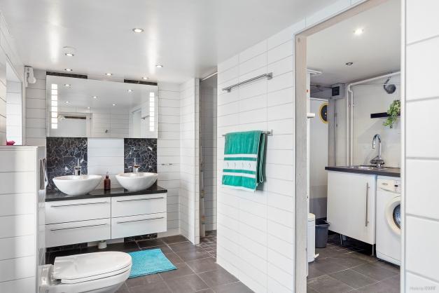 Stort modernt badrum