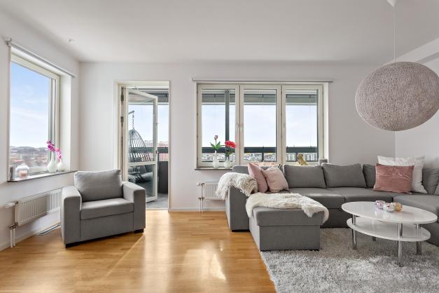 Vardagsrum med fönster i två väderstreck