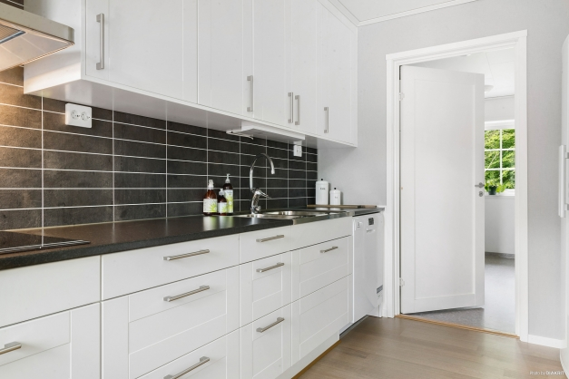 Från köket nås den rymliga tvättstugan med groventré