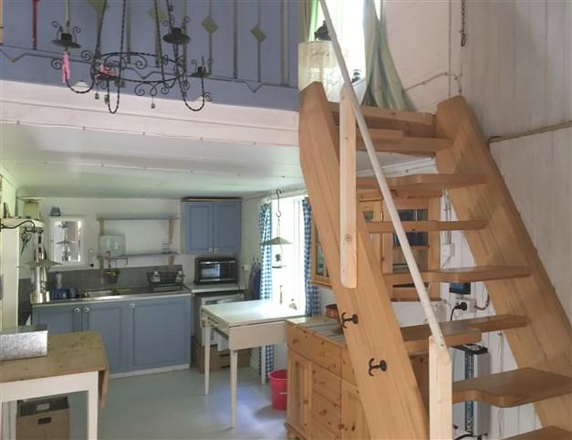 Kök och trappa upp till sovrummen