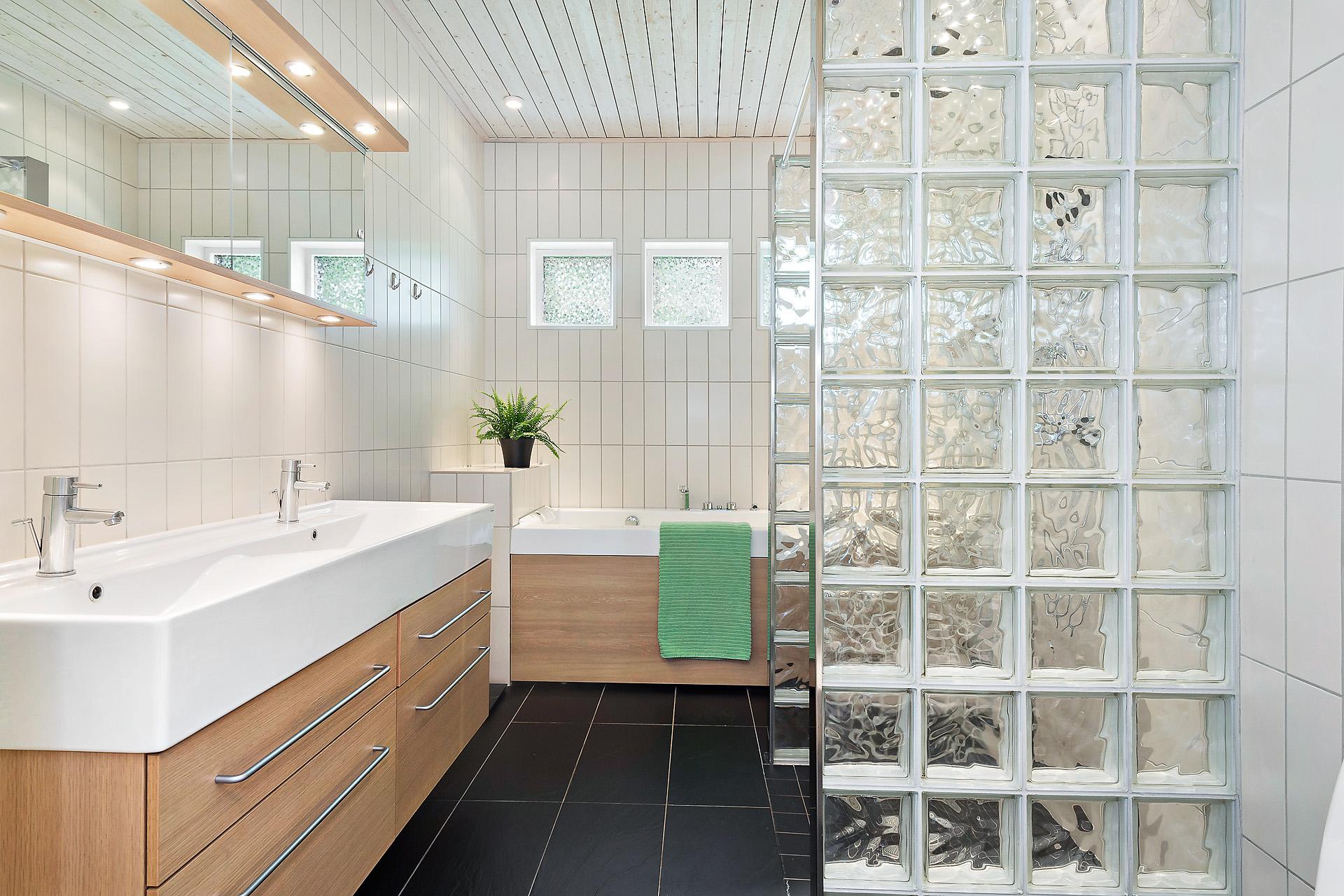 Badrum med dusch och bubbelbad