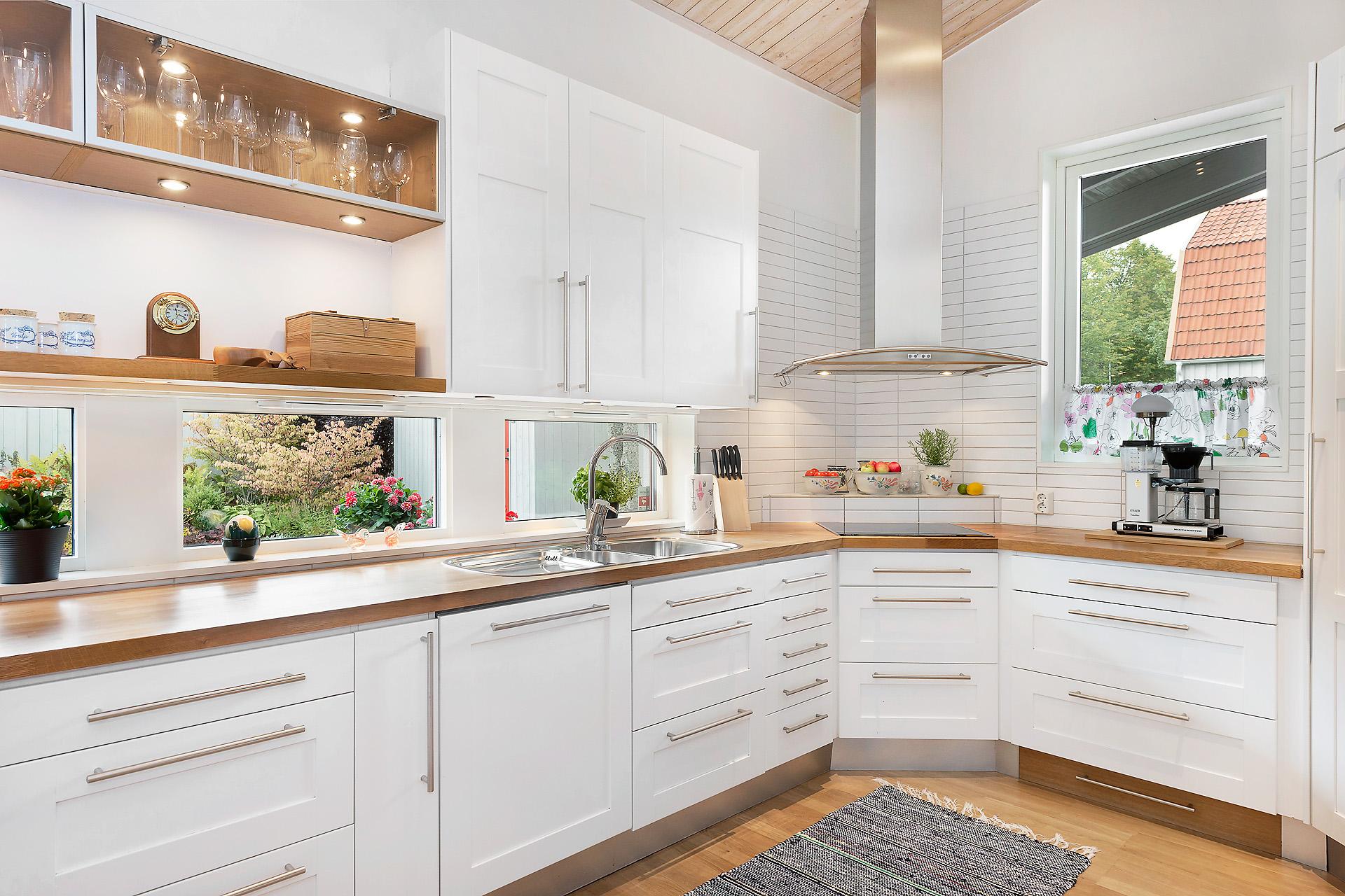 Köket är både praktiskt och snyggt.