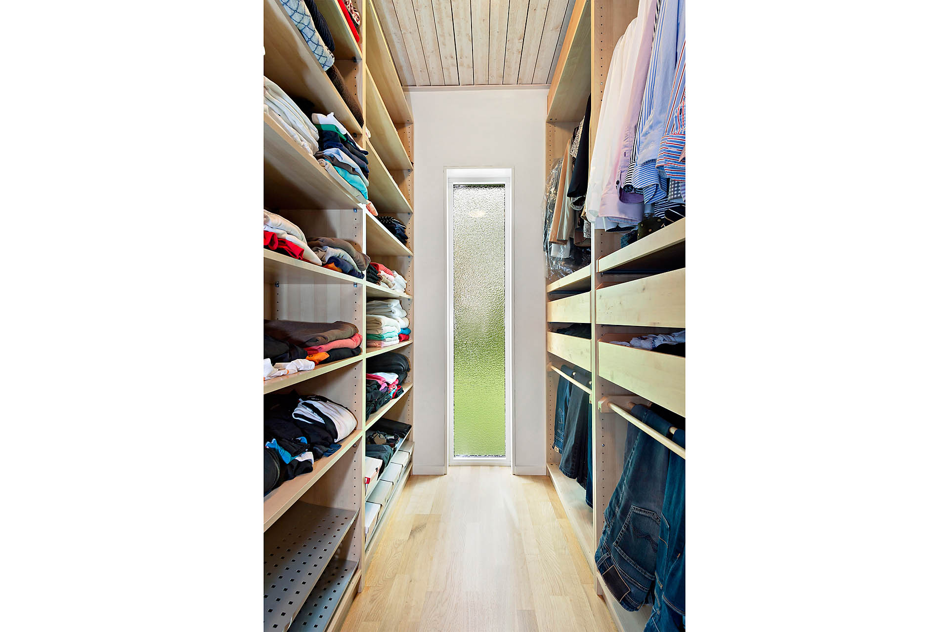 Walk-in-closet i anslutning till master bedroom på entréplan.