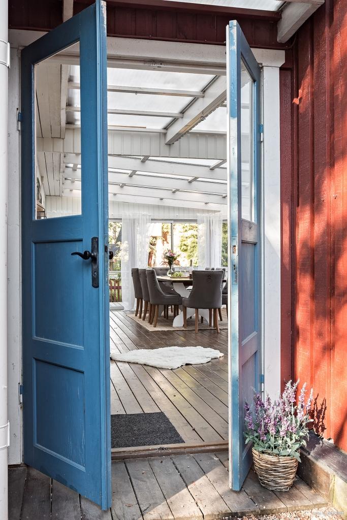 Vackra pardörrar leder in till inglasat uterum