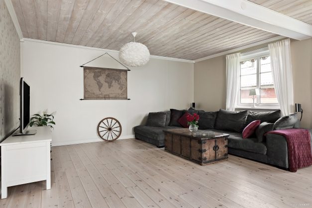 Rymligt vardagsrum med vackert trägolv - Entréplan
