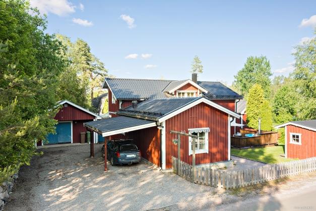 Här erbjuds både garage och carport