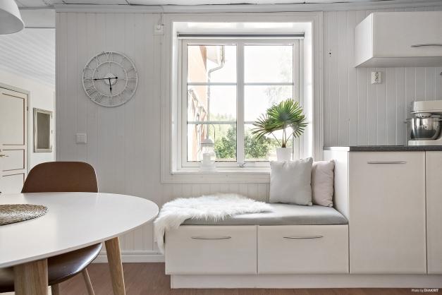Mysig sittplats invid fönster - Entréplan