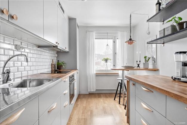 Påkostat, modernt och funktionellt kök från 2017 med härliga färger.
