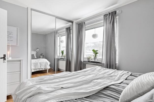 Från inre hallen når du sovrummet, ett stort, ljust och mysigt rum med bland annat stora inbyggda skjutdörrsgarderober med spegeldörrar