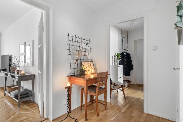 Inbjudande och öppen hall med klädhängare.