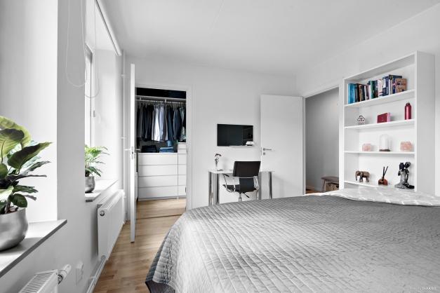 Sovrum 1 med tillhörande klädkammare