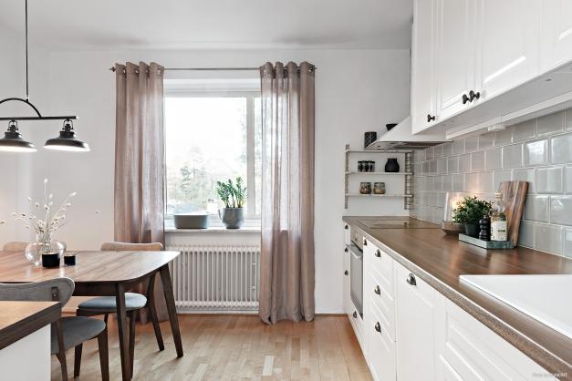 Kök med plats för matbord. Fönster som ger ett härligt ljusinsläpp.