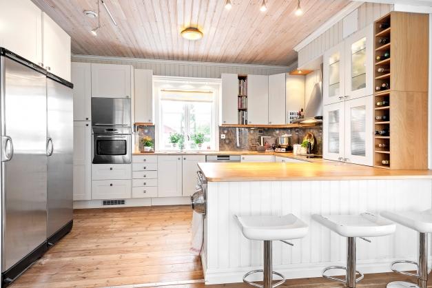Öppet kök med praktisk bardel