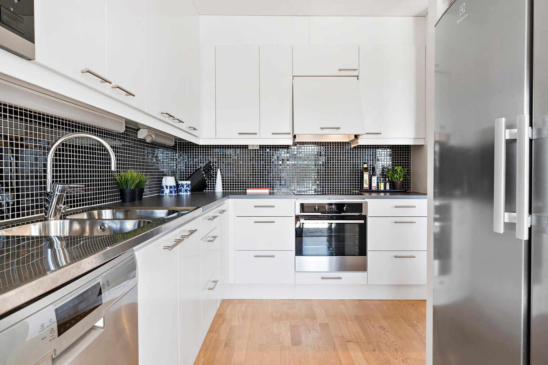 Stort kök med rostfria vitvaror