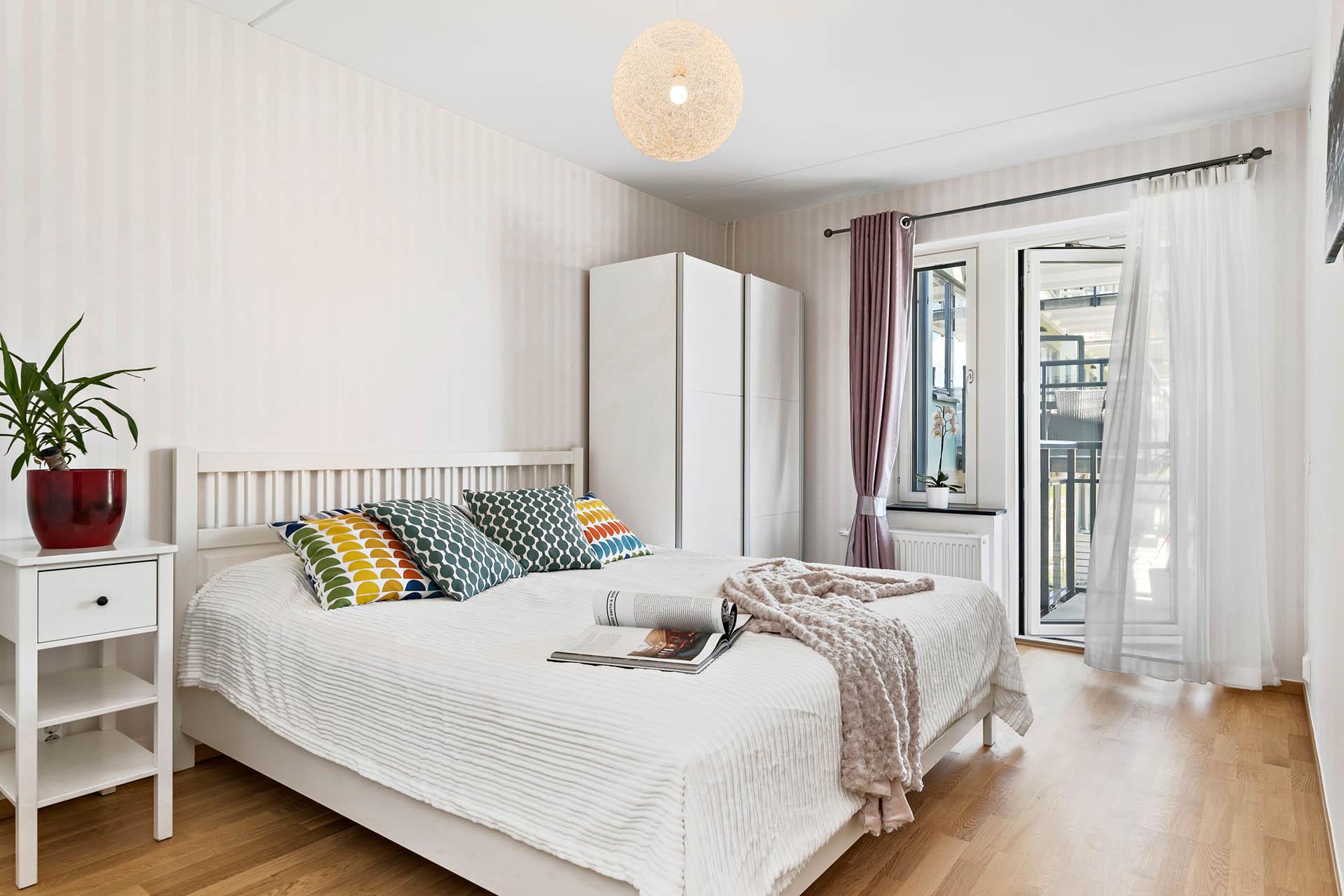 Sovrum Ett - Master bedroom med utgång till den andra balkongen