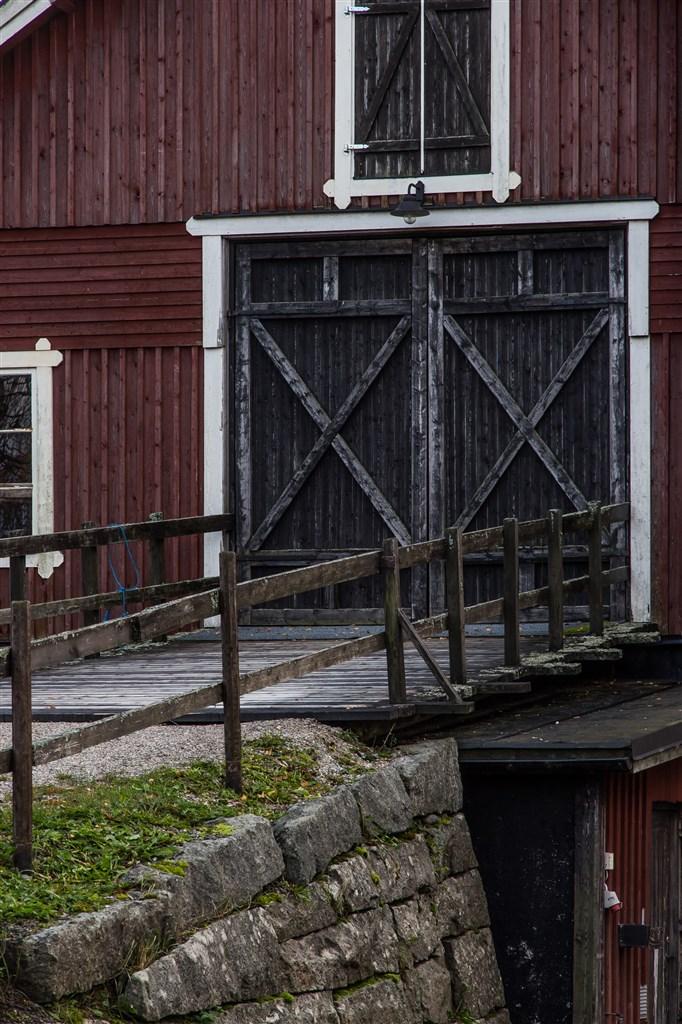 Egen entré genom dubbla portar direkt in till övre plan på logen. Här tar man in besökarna på danskvällarna.