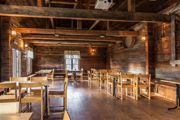 Här erbjuds en gedigen lokal med högt i tak. Isolerat även för vintertid.