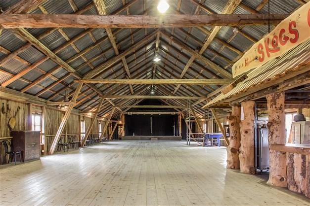 Den stora salen på övre plan i logen kan inrymma danser, utställningar, loppis eller andra idéer!