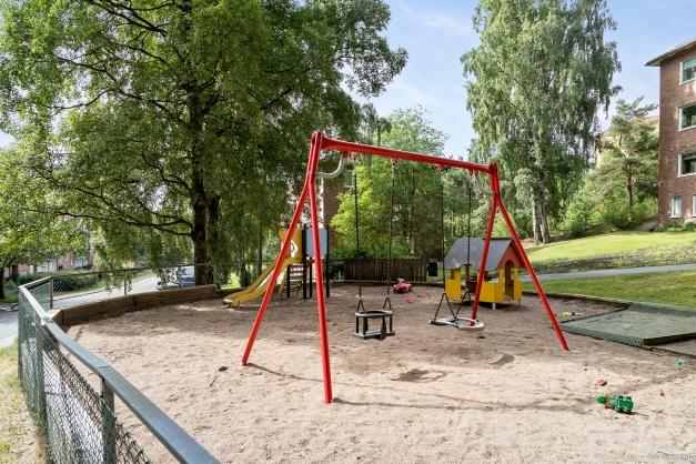 LEKPLATS - I närområdet finns det en fin lekplats.