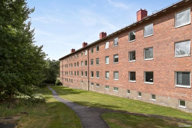Lägenhetslängans baksida med trevliga promenadslingor.