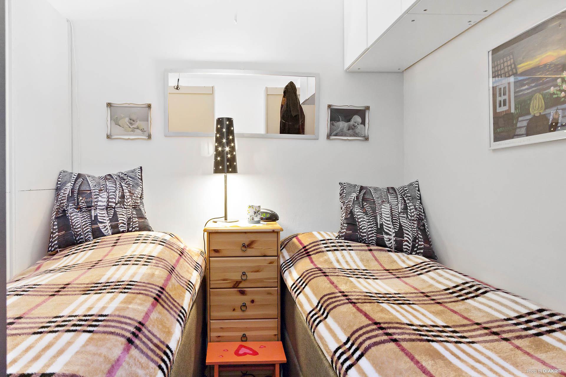 Vardagsrum / man har delat av rummet med en hylla och skapat ett sovrum.