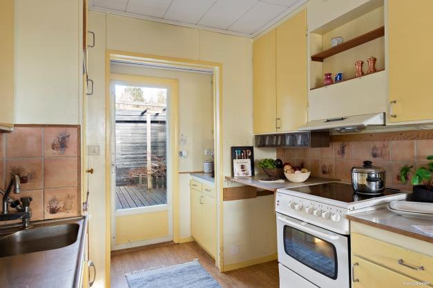 Köket har utgång till båda altanerna och uterummet