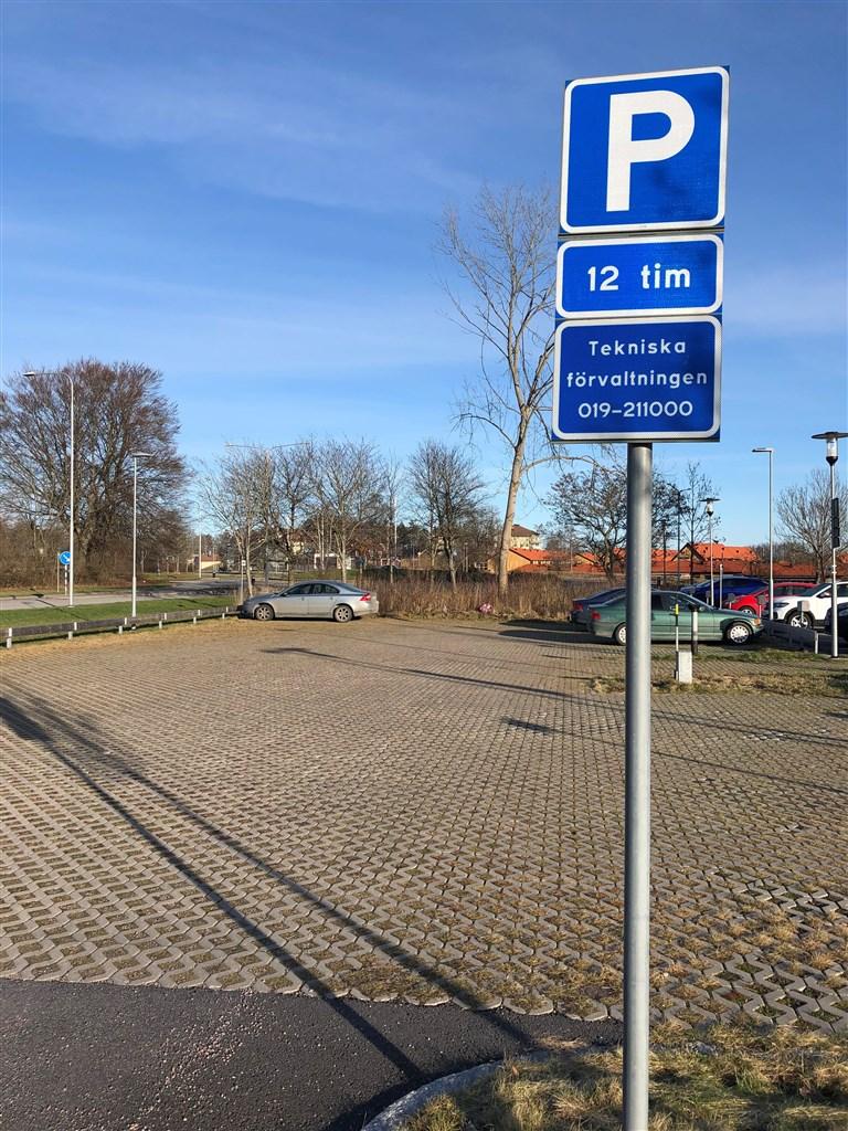 I området finns det gott om gästparkeringar