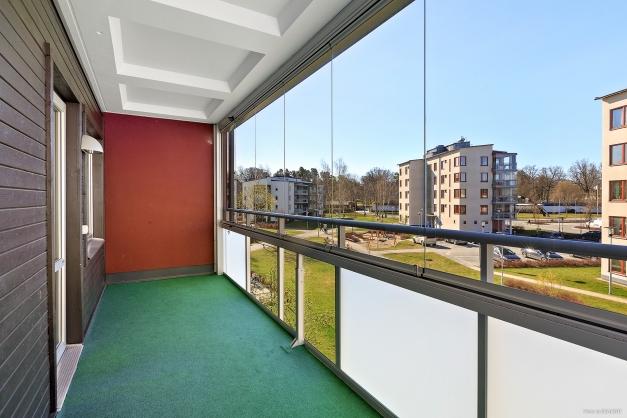 Inglasad balkong mot innergården, i syd-/västläge