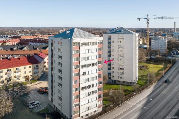 På våning 7 av 10 med inglasad balkong i syd-/väst läge.