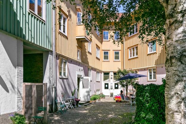 Innergården är kullerstensbelagd och har gott om utemöbler som de boende kan utnyttja!