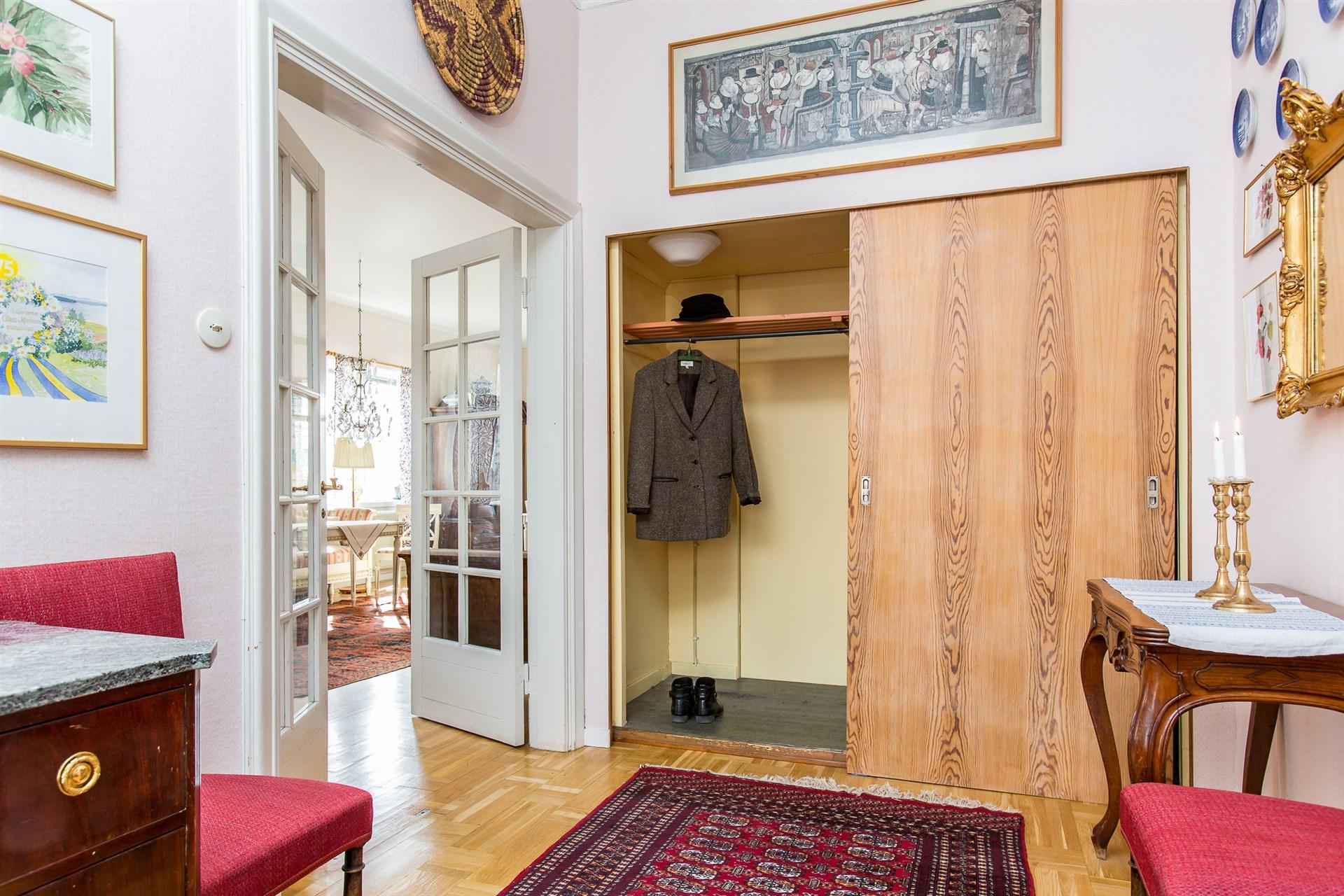 Hallen har glasade pardörrar in mot vardagsrummet