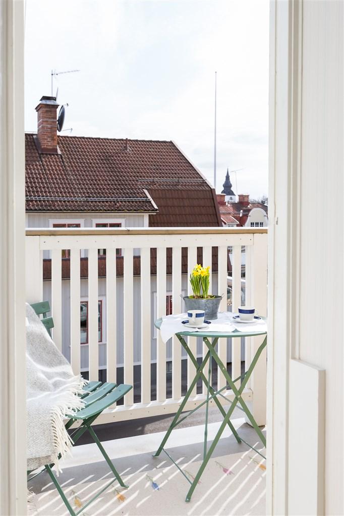 Balkong med plats för liten sittmöbel