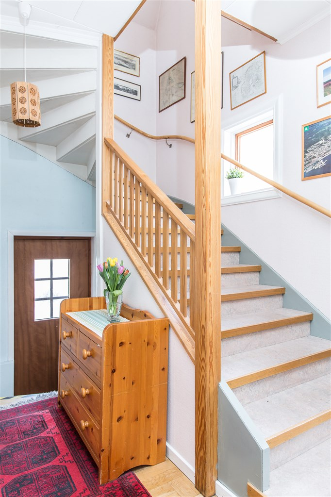 Trappa till övervåningen och halvtrappa ned till groventré med källardörr