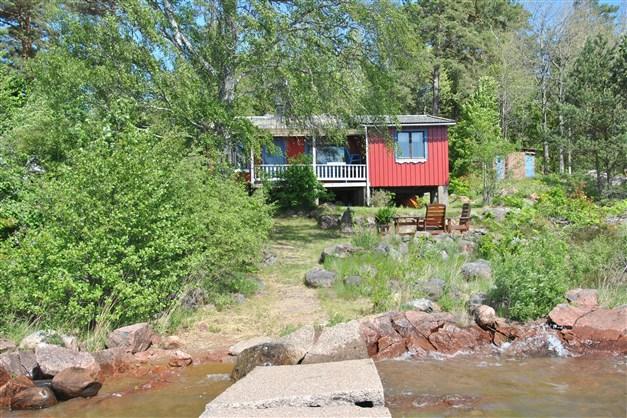 Huset ligger endast ca 15 m från vattnet