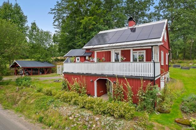 Ett mysigt hus med gäststuga och carport på tomten