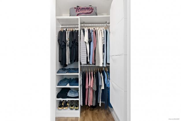 Klädkammare med garderobsinredning