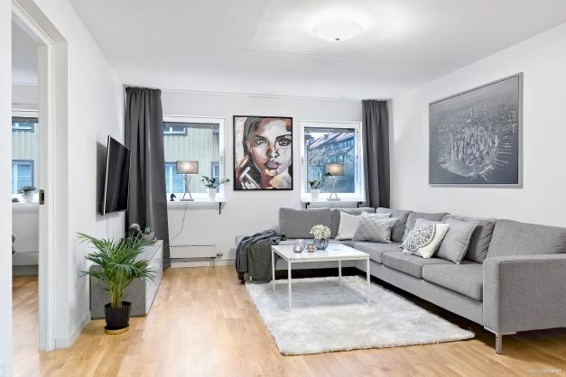Lättmöblerat vardagsrum med fint ljusinsläpp.