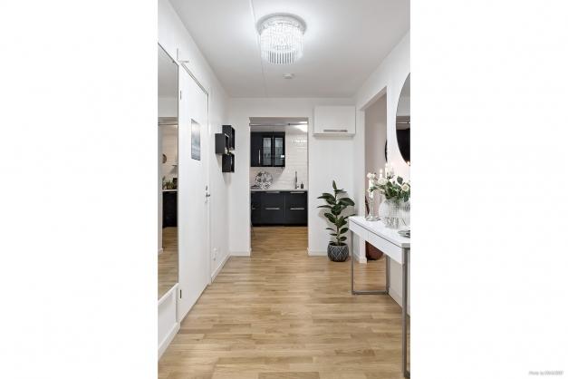 Lägenheten renoverades med genomgående ekparkettgolv (utan trösklar mellan rummen).