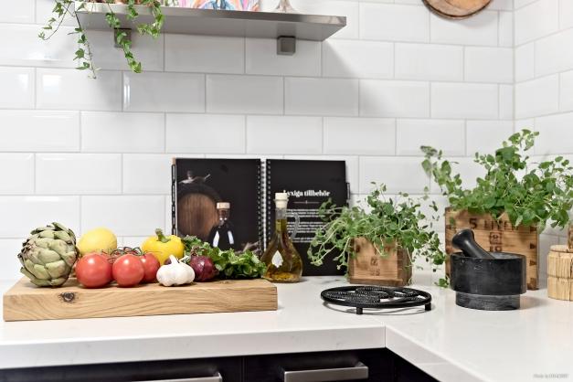 Vit stenbänk ger köket fin karaktär