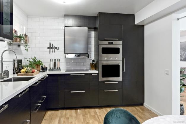 Stilrent kök med plats för köksbord
