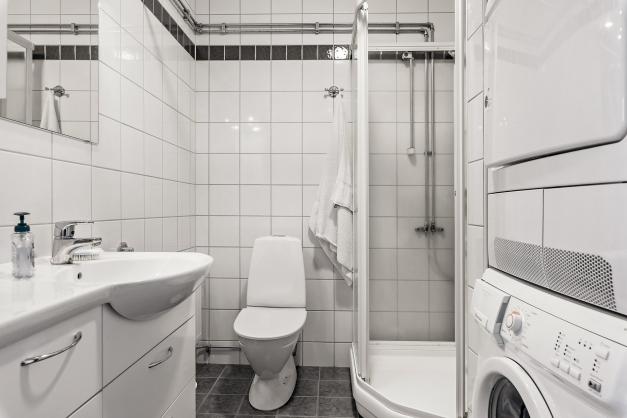 Badrum övervåning med tvättpelare