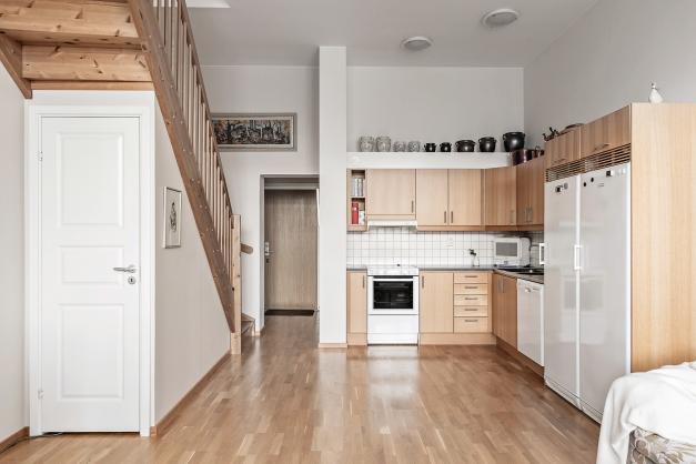 Kök med trapp till övervåning
