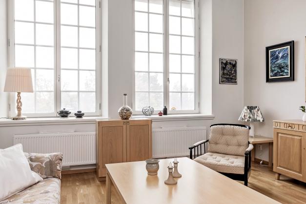 Vardagsrum med stora, fina fönster