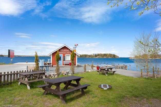 Här har du nära till mysiga Gräddö med glasscafé, gästhamn, marina, båtmack och mycket mer