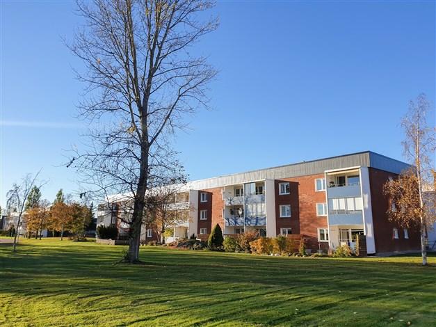 Avstånd-/Fasadbild - lägenheten ligger i markplan med uteplats i söder/sydost